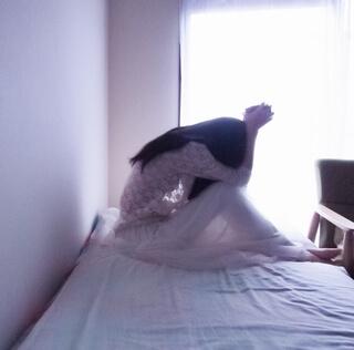 がっかりするベッドの女性