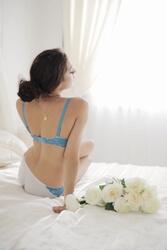ベッドの上でペニスに喜ぶ女性